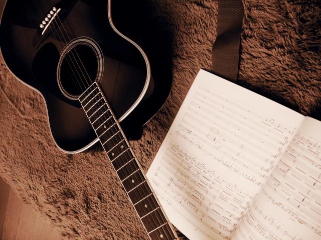 作曲、ギターと楽譜