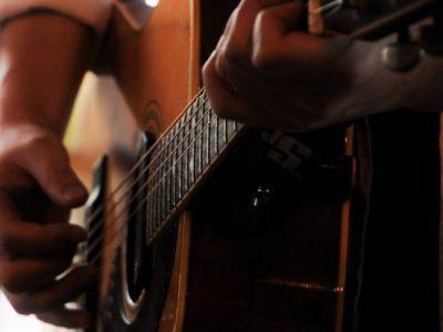 初めてギターを弾いた日のこと